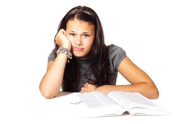 studující dívka