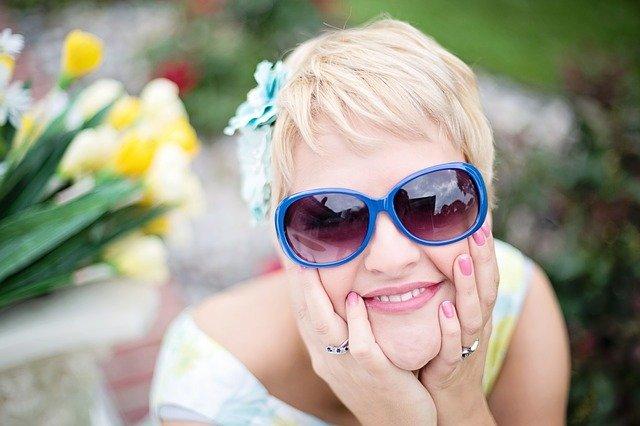 žena v slunečních brýlích