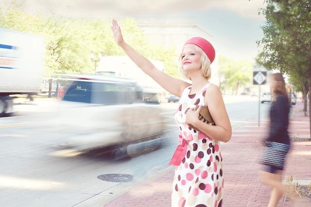 žena s růžovými puntíky