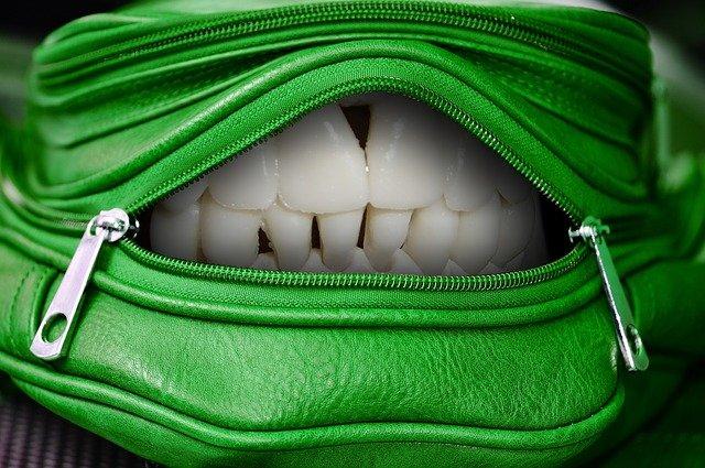 zelená kabelka se zuby
