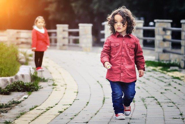 malá dívka v módním oblečení