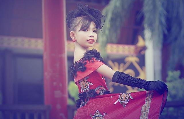 dívka v luxusních šatech