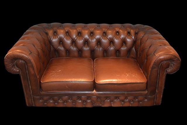 hnědá kožená sedačka.jpg