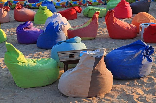 sedací pytle na pláži