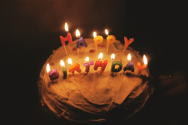 narozeninový dort se svíčkami
