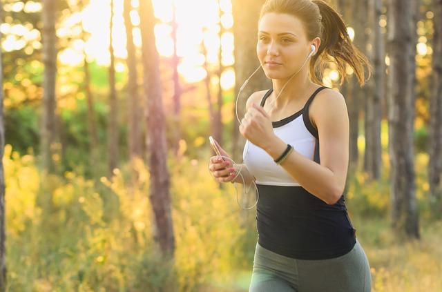 dívka při běhu