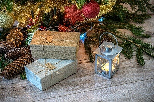 dárky pod stromečkem, smrkové šišky a lucerna