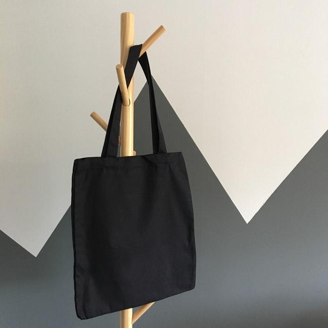 černá taška na věšáku