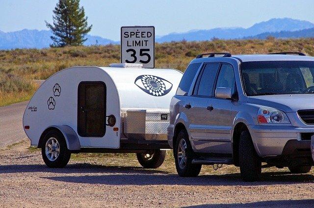 osobní automobil má zapojený malý karavan