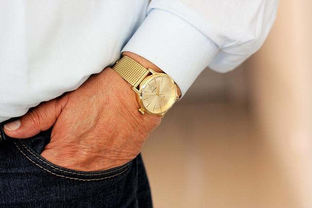 zlaté hodinky na zápěstí