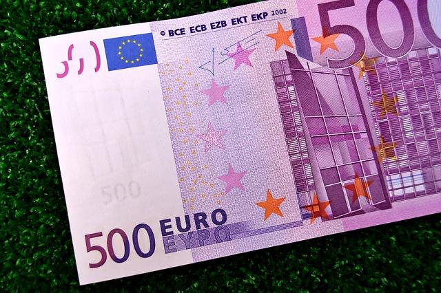 bankovka 500 euro na trávníku