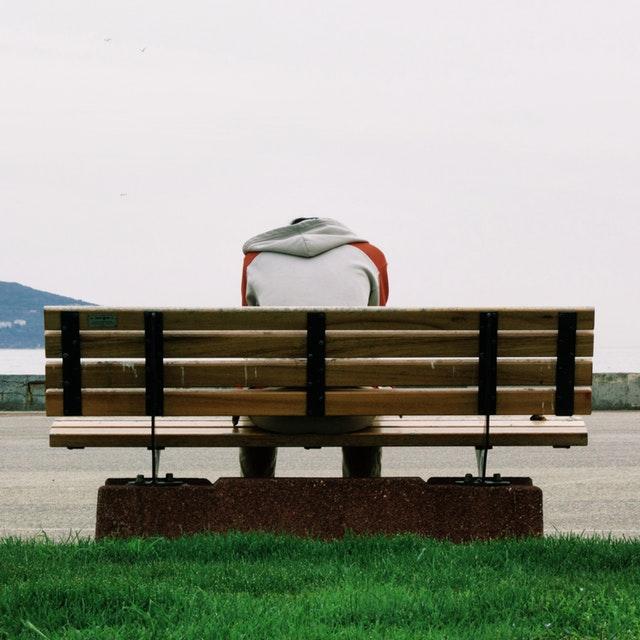 osamělý hoch na lavičce