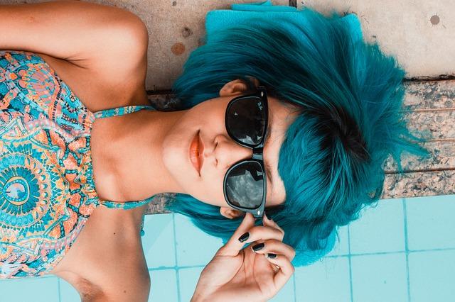 Žena s barevnými vlasy a brýlemi