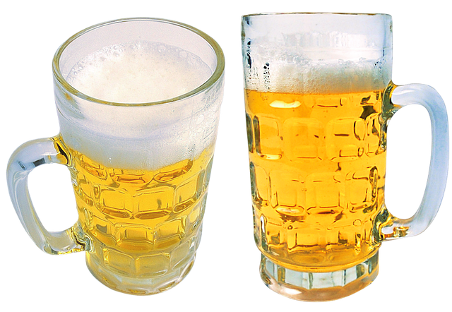 Dva půllitry naplněné z části pivem