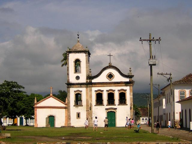krásný kostel z devatenáctého století za oblačného počasí