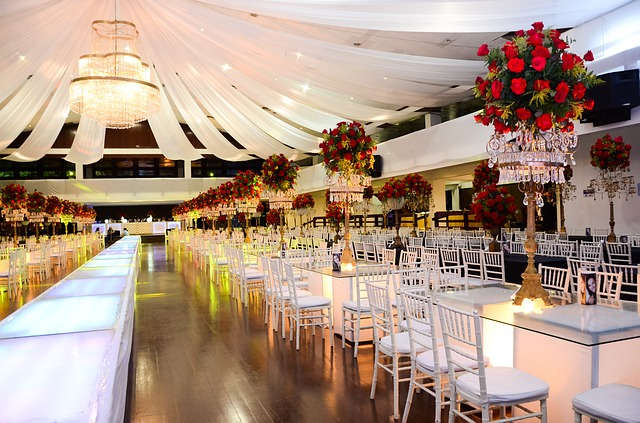 krásné prostory s prostřenými místy pro ples