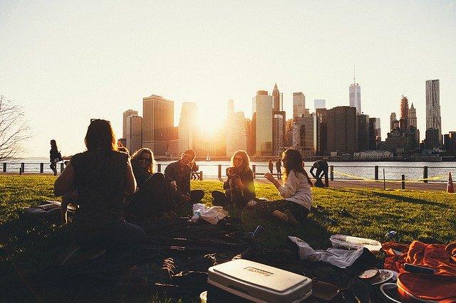 lidé sedící v městském parku
